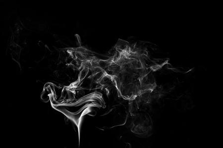 biały płomień dymu na czarnym tle