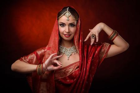 Portret van mooi Indisch meisje. Jonge hindoe vrouw model kundan sieraden. klederdracht