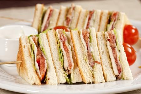 tentempi�: Club sandwich con  Foto de archivo