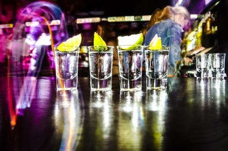 tomando alcohol: cuatro vasos con Lim en el bar en un club nocturno