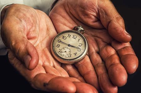 Klok in de oude handen