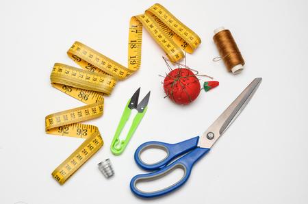 kit de costura: kit de costura sobre un fondo blanco