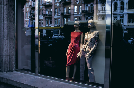 Mannequin in der Storefront Standard-Bild - 46336761