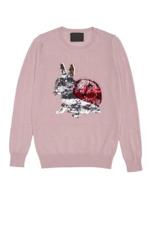 mujer fea: blusa de color rosa con la mariquita conejo en un fondo blanco Foto de archivo