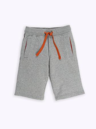 ropa interior niñas: bebé pantalones cortos grises en un fondo blanco