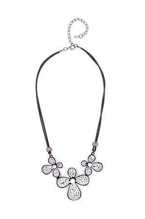 arredamento classico: Collana in argento con fiori isolati su bianco