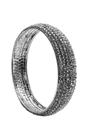 piedras preciosas: brazalete negro con piedras preciosas sobre un fondo blanco Foto de archivo