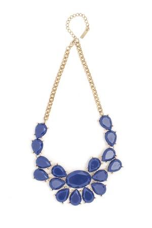 Gouden halsband met blauwe stenen geïsoleerd op wit