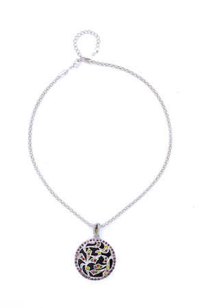 Medaillon mit Edelsteinen isoliert auf weiß Standard-Bild - 47598735