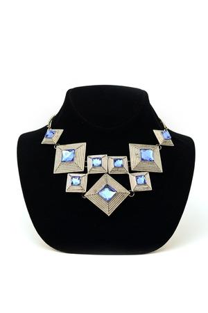 pietre preziose: collana geometrica con pietre preziose su un manichino
