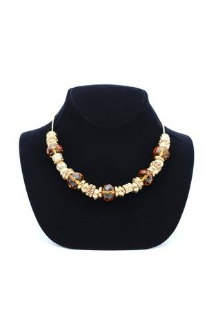 pietre preziose: Perline con pietre preziose isolato su bianco