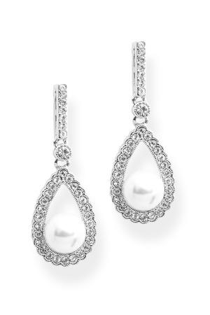 真珠白で隔離ダイヤモンド ピアス 写真素材