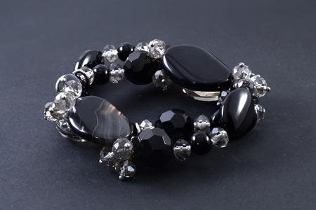 piedras preciosas: pulsera de piedras preciosas aislados en negro