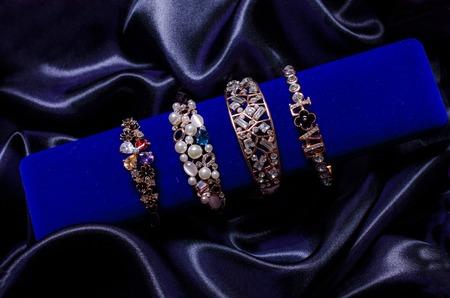 tela seda: sistema de la pulsera en una tela de seda