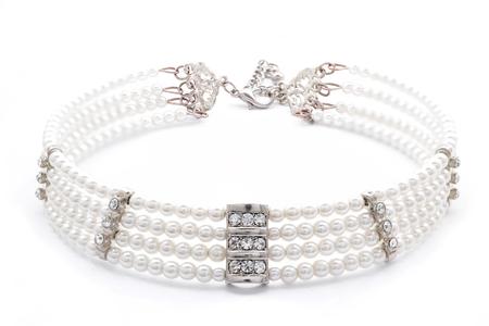 Perlenkette auf einem weißen Hintergrund Standard-Bild - 47957243