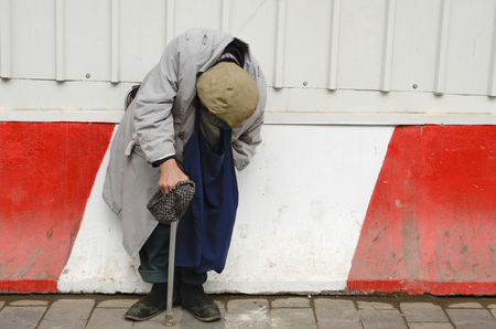 limosna: mendigo pide limosna, mendigo pide dinero