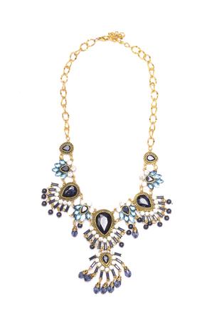 zafiro: collar con piedras preciosas aislados en blanco