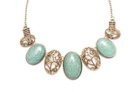 piedras preciosas: collar con piedras preciosas aislados en blanco