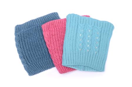tejido de lana: tres sombreros con orejas aisladas en blanco Foto de archivo