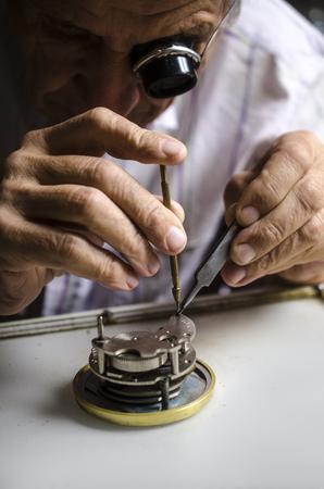 oude horlogemaker op het werk