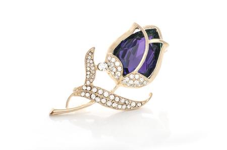 Bocciolo di rosa spilla d'oro con pietra viola e diamanti isolati su bianco Archivio Fotografico - 88917245