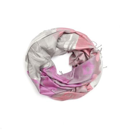 robo: color de la bufanda de las mujeres con el patrón aislado en blanco