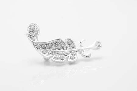 zilveren broche veer met diamanten geïsoleerd op wit Stockfoto