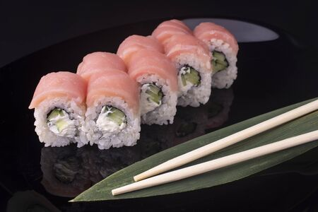 Japanese Sushi Rolls with Cream Cheese, cucumber and salmon Standard-Bild