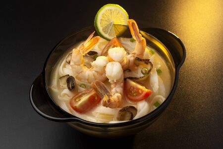 thai tom yam kung soup with shrimps, onions and tomatoes Standard-Bild