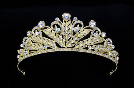 corona d'oro su sfondo nero Archivio Fotografico