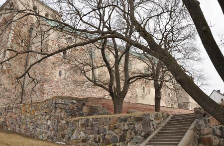 rungs: Fortaleza de Turku, pasos, piedras y �rboles en los alrededores. Foto de archivo