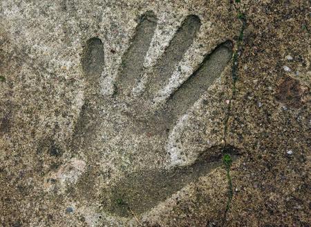 empreinte de main: Handprint humain dans le vieux sol en b�ton surmont� Banque d'images