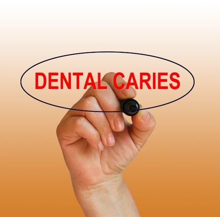 caries dental: la escritura de palabras caries dental con el marcador en el fondo del gradiente hecho en software 2d