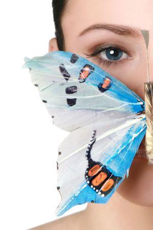 donna farfalla: Gli occhi azzurri bruna con una farfalla sulla bocca Archivio Fotografico
