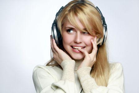 listening to music: Beautiful girl escuchar m�sica en los auriculares.