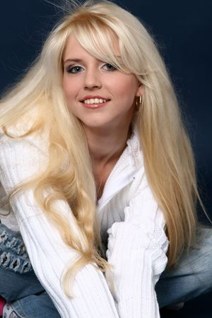 sexy blonde girl: PiÄ™kny i sexy Blondynka na tle ciemnoniebieskimi Zdjęcie Seryjne