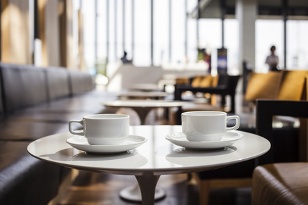 Twee kopje Koffie met koffieshop interieur