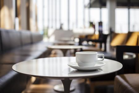 desayuno romantico: Taza de café con cafetería interior Foto de archivo