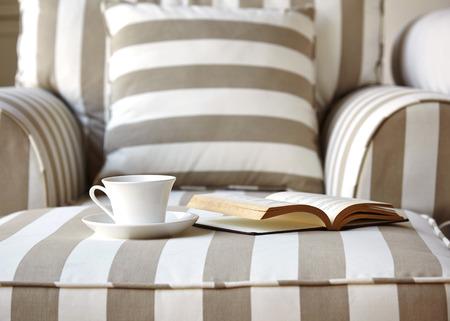 buen vivir: Sofá con el libro y la taza de café y la decoración Almohadas Interior de la casa