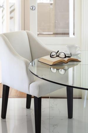 buen vivir: Sillón y mesa de cristal con el libro y anteojos Inicio decoración de interiores