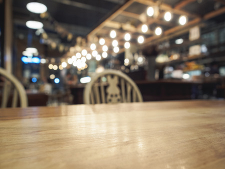 barra: Principio de la mesa de madera con bar restaurante borrosa fondo