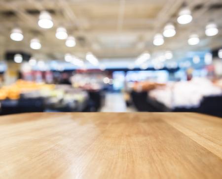 Tafelblad teller bar met Vage Supermarket Interieur achtergrond Stockfoto