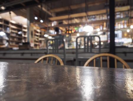 Top of tafel met Bar restaurant vage achtergrond met barman