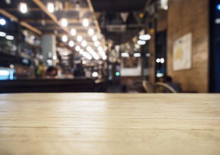 barra de bar: Parte superior de la tabla con Bar Cafeter�a Restaurante fondo borroso Foto de archivo