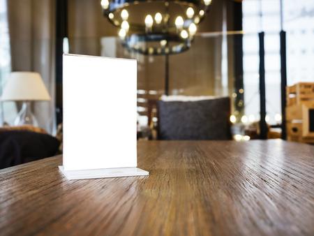 Mock up Cornice del menu sul tavolo con sfondo Cafe Restaurant Interior Archivio Fotografico - 44297819