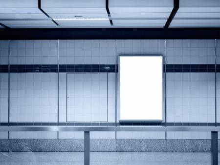 letreros: Mock marco del cartel en blanco en la estación de metro Foto de archivo