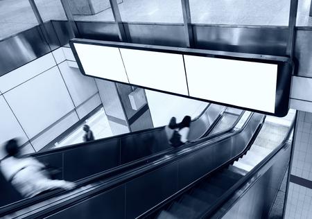 지하철 역에서 에스컬레이터 및 사람들과 빈 배너 빌보드 디스플레이