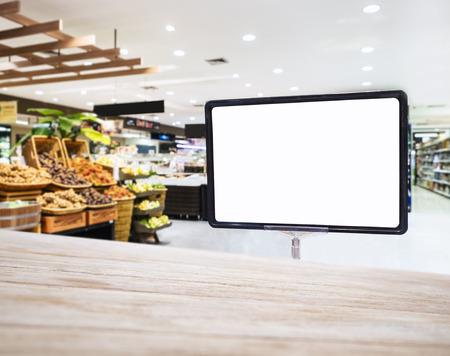 supermercado: Mock up display Muestra en blanco con Supermercado Interior compras fondo Retail