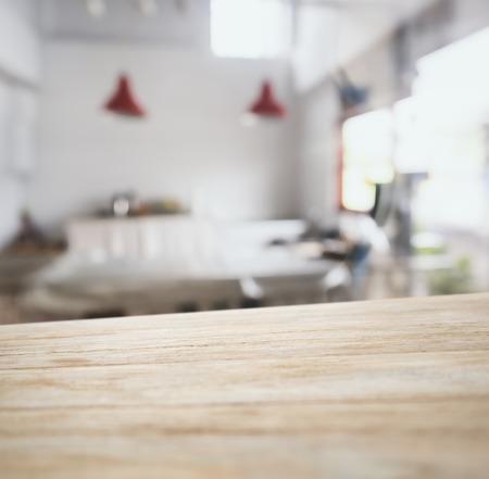 Barra de mostrador de mesa con fondo de cocina borrosa Foto de archivo - 46932972