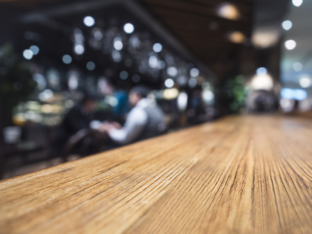 tabulka: Deska stolu barového pultu restaurace pozadí s lidmi Reklamní fotografie